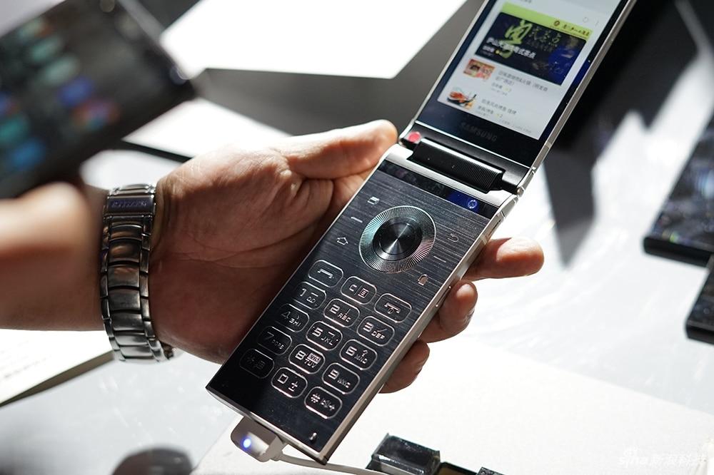 Samsung W2018 flip phone